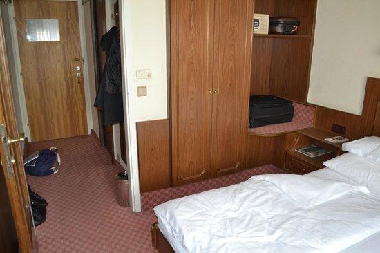 Hotel Stefanie: Armario y estantes para maletas