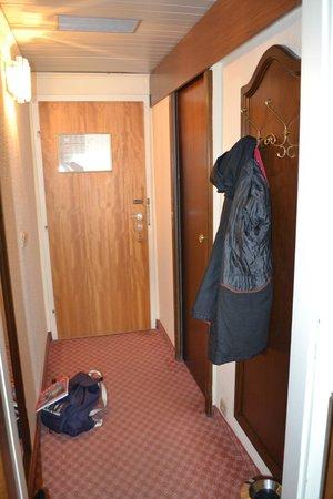 Hotel Stefanie: Pequeño recibidor con perchero, espejo y paragüero