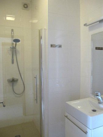 La Maya Beach Luxury Apartments: One of the showers in 8E