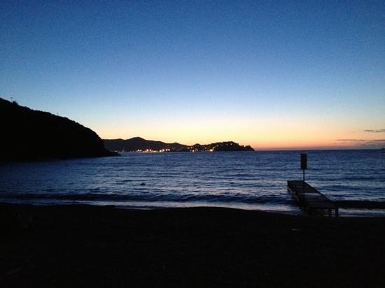 Hotel & Resort Sant'Anna del Volterraio: tramonto dalla spiaggia vicino al residence sant'anna
