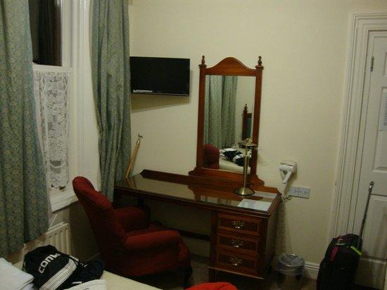 Egans House: Zona de escritorio con TV plana