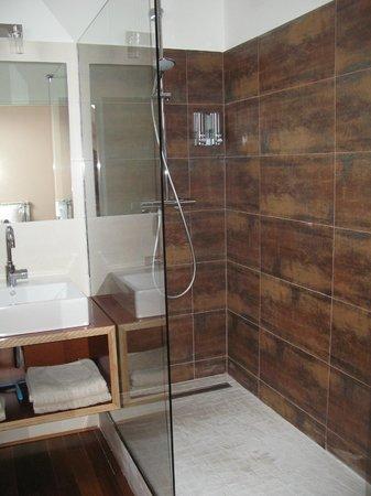La Barriere Fleurie: Salle de bains chambre La Tandem