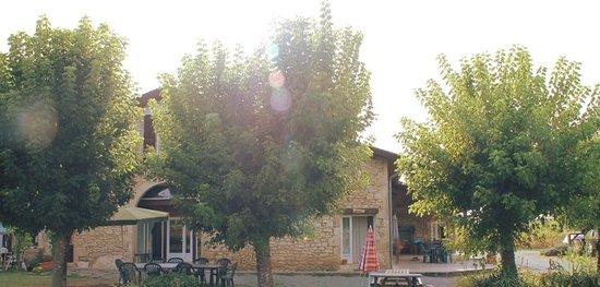 Domaine Les Messauts: Vue sur la façade arrière du domaine 2