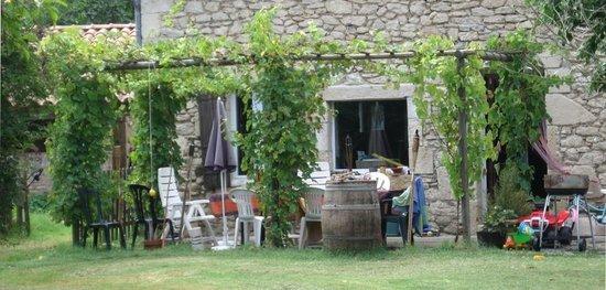 Domaine Les Messauts: Vue sur la façade arrière du domaine 1