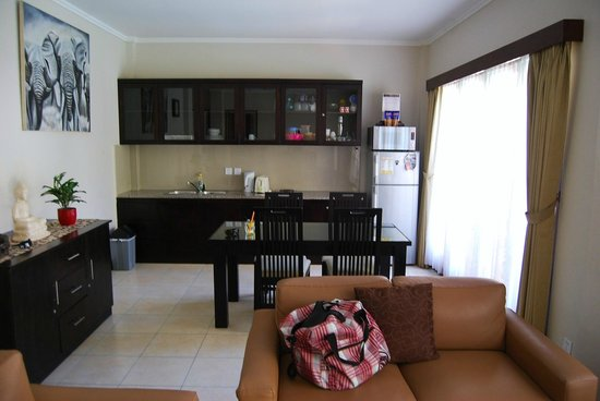 Kuta Townhouse Apartments: kitchen #127