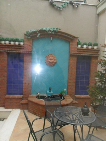 Seraglio Hotel and Suites: The courtyard