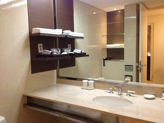 The Suites Hotel Jeju: Nice large bathroom