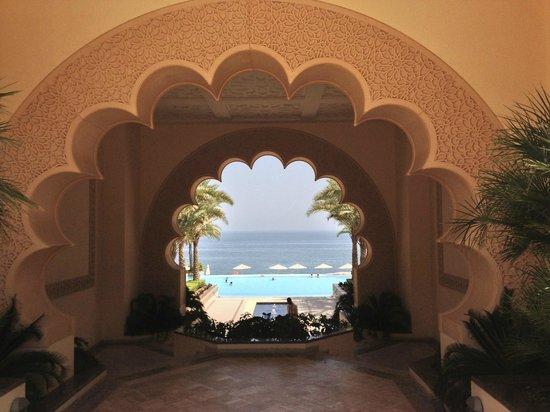 Shangri La Barr Al Jissah Resort & Spa-Al Husn: entrance to pool