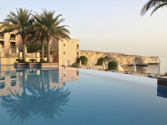 Shangri La Barr Al Jissah Resort & Spa-Al Husn: pool at sunrise