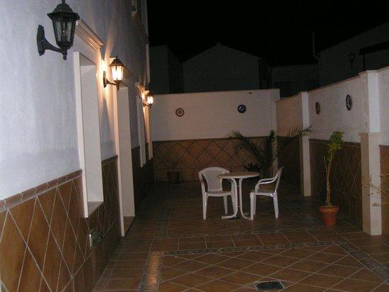 Hotel Las Rosas: Patio