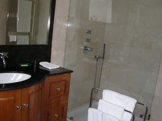 Le Quartier Sonang: Bathroom