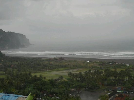 Parangtritis Beach: Didn't matter if it rained, the view from the hilltop was still gorgeous!