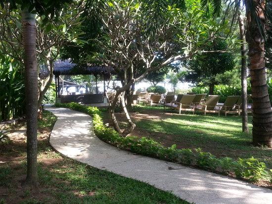 Bali Garden Beach Resort: Pathway to the Boardwalk