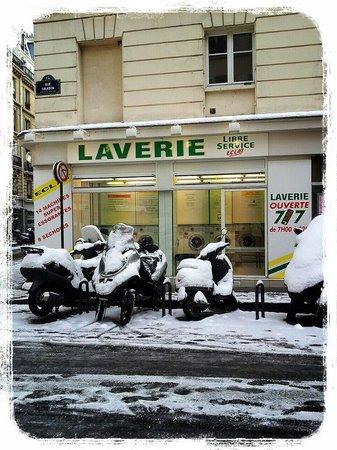 Hotel du Cadran Tour Eiffel: The laverie down the street