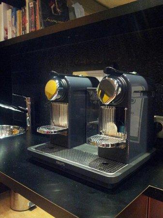 Hotel du Cadran Tour Eiffel: Nespresso machine in the lobby