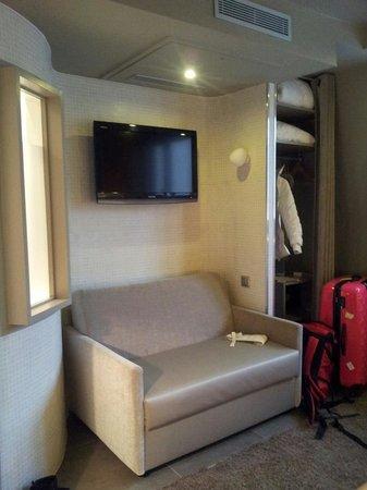 Hotel du Cadran Tour Eiffel: Sofa set with flat screen tv