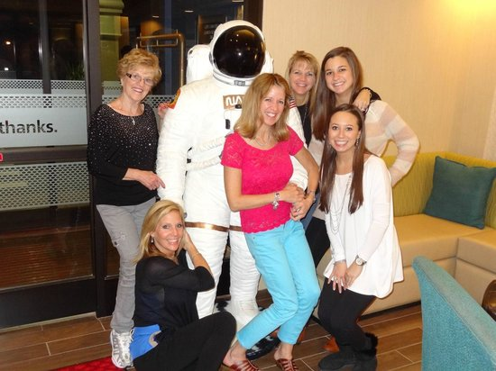 Hampton Inn Cocoa Beach/Cape Canaveral: Had fun with the space man in the foyer