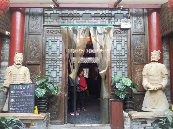 Xiangzimen International Youth Hostel: Walkway to Reception
