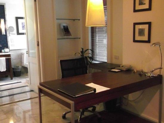 تريبل تو سيلوم: desk