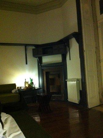 Almada Guesthouse: Высокие потолки, наглухо закрывающиеся ставни - прелесть!