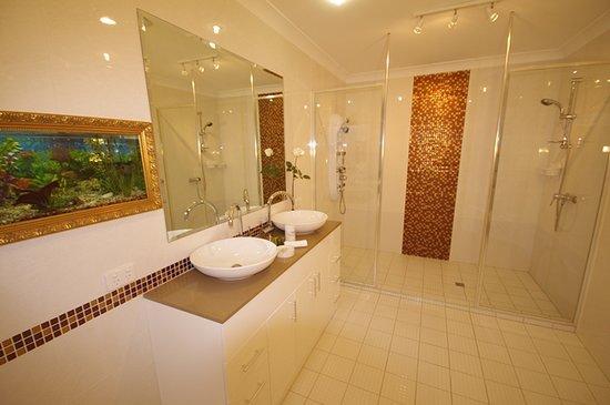 Astoria Retreat Bed and Breakfast: Bathroom, Platinum bedroom