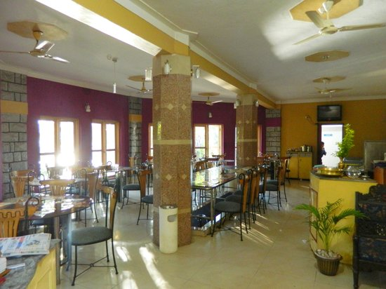 Amblee Holiday Resort: enclosed dining area