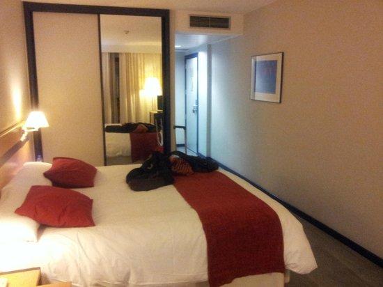 Hotel Ibis Styles Ramiro I: Habitación vista desde la ventana