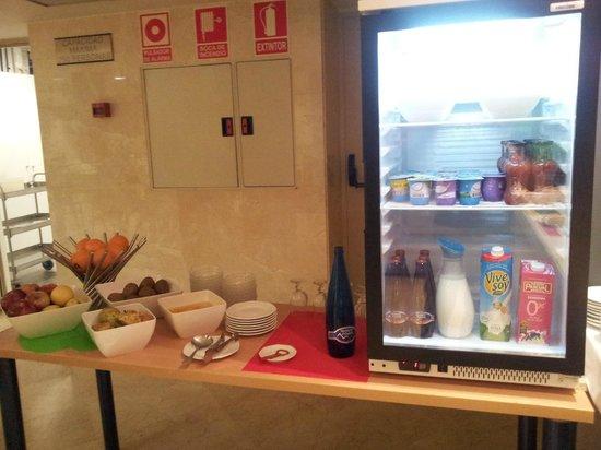 Hotel Ibis Styles Ramiro I: Yogures, frutas y otras bebidas en el desayuno