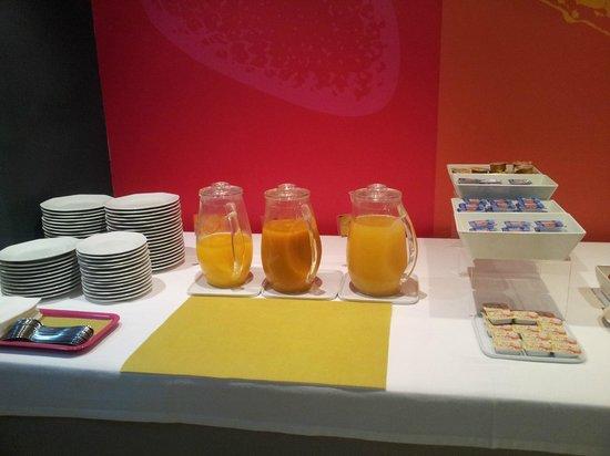 Hotel Ibis Styles Ramiro I: Zona de zumos del desayuno