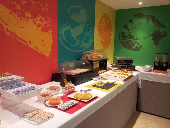 Hotel Ibis Styles Ramiro I: Zona de pastelería y salados del desayuno