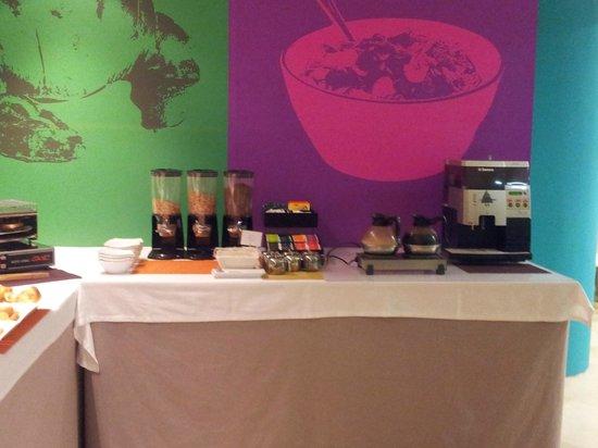 Hotel Ibis Styles Ramiro I: Zona de bebidas calientes y cereales en el desayuno