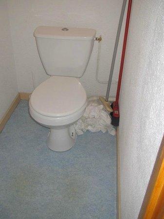 Résidence Odalys L'Ecrin des Neiges : Toilette avec fuite, odeur désagréable, drap utilisé comme serpillère par la résidence