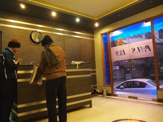 Pals Inn: cozy lobby