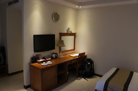 Au Lac II Hotel : Another view of the room