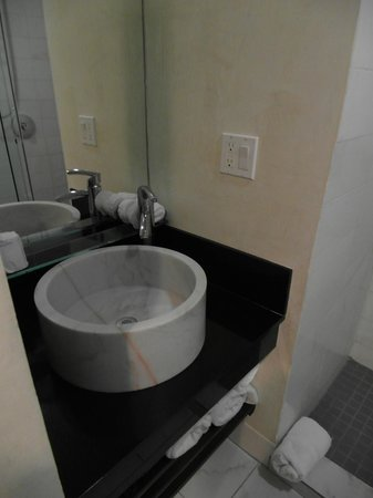 O Hotel: The sink in the bathroom