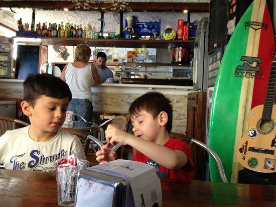 Lo Squalo Surf Bar: Lollo e Ale allo Squalo!