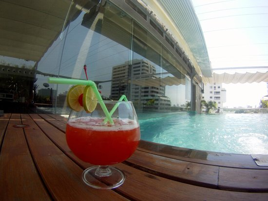 Galleria 10 Sukhumvit: Pool with overly sweet cocktail