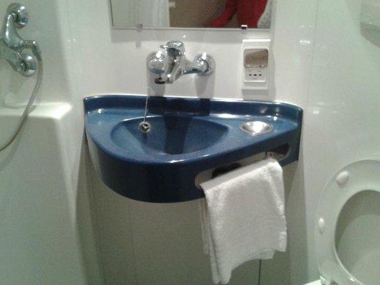 Fasthotel Clermont-Ferrand Gerzat : Ducha, lavabo y wc.
