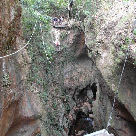 Hacienda Guachipelin: ziplining