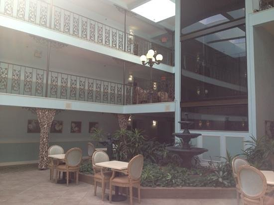 Oglethorpe Inn & Suites: interior courtyard