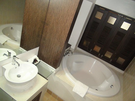 Bodhi Serene Hotel: Nice bathroom with huge tub