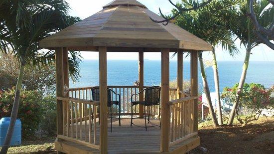 Paradise Cove Oceanfront Villas & Suites: Gazebo overlooking Caribbean