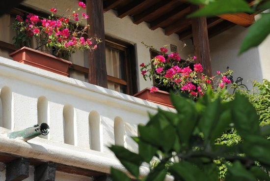 Hotel Casa Antigua: One of the many balconies.