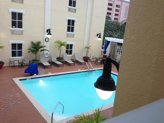 Hampton Inn and Suites St. Petersburg Downtown : Pool view from suite