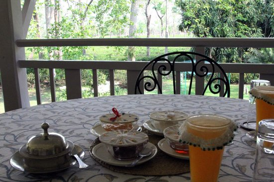 Mancotta Chang Bungalow: Breakfast on balcony