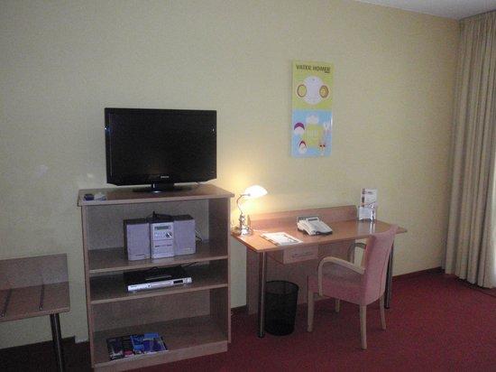 HSH Hotel Apartments Mitte: chambre 212: télé et bureau