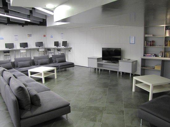 Twentytu Hi-tech Hostel : Nice sitting area with a computer area in the back.