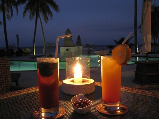 ‪‪Siddhartha Ocean Front Resort & Spa‬: Poolbar am Abend‬