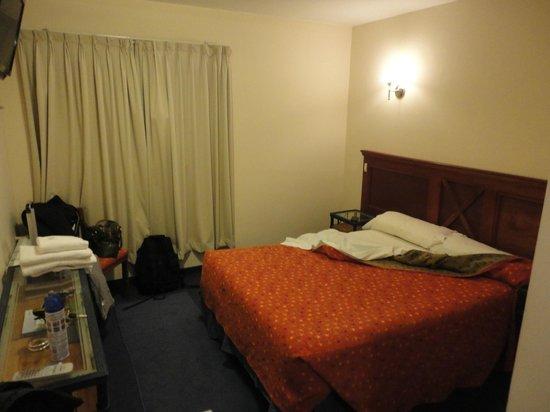 Hotel Santa Cruz: Vista general de la habitación.