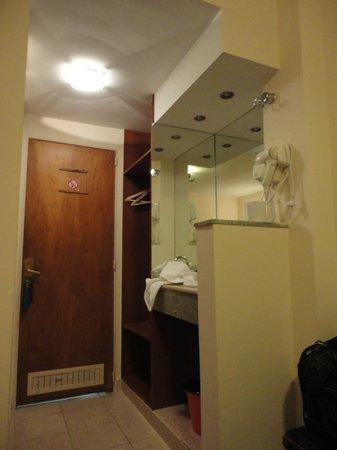 Hotel Santa Cruz: Vista de la parte del lavamanos del baño